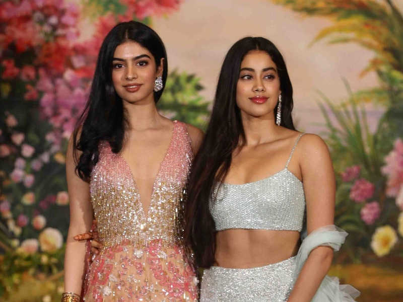 Jhanvi with her sister Khushi Kapoor