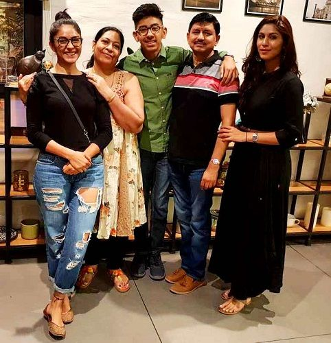 Mrunal Thakur with her family