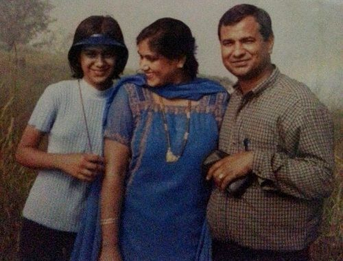 Nia Sharma with her parents