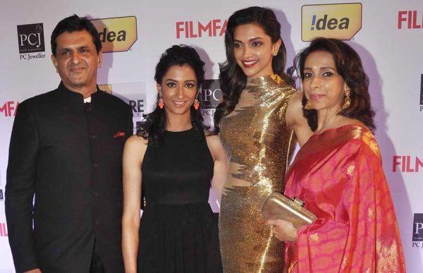 Prakash Padukone with his wife Ujjala and daughter Deepika and Anisha