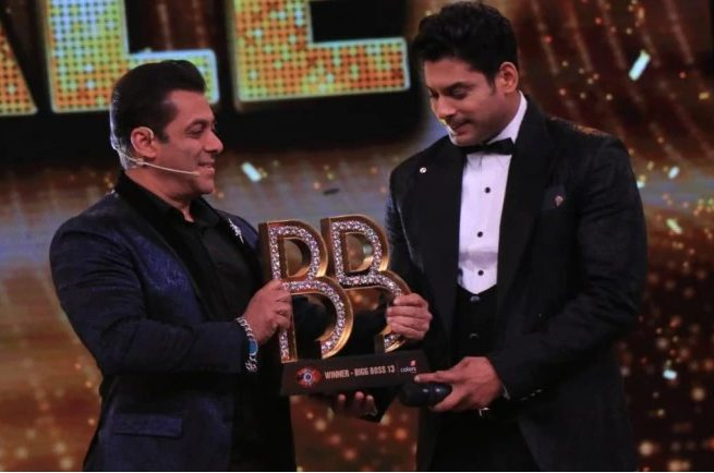 Salman Khan giving Bigg Boss 13 trophy to winner Sidharth Shukla